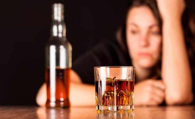 Почему женщины сложнее поддаются лечению алкоголизма, чем мужчины?